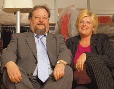 Gemeinsam mit ihrem Steuerberater Jürgen Faust behält Modegeschäft-Inhaberin Ute Bresgen den Überblick.