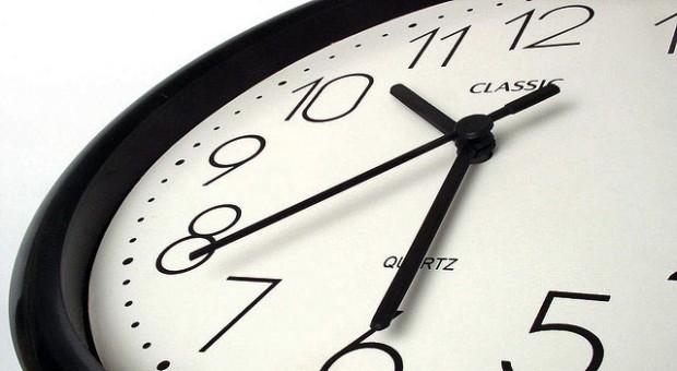 Wenn Mitarbeiter wiederholt zu spät kommen, kann eine Abmahnung gerechtfertigt sein.