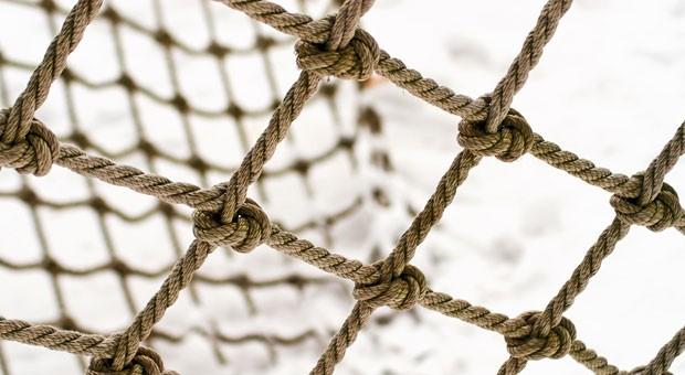 Mit Netz und doppeltem Boden: Eine Firma gründen, während man noch einen festen Job hat,  ist sicherer als eine Vollzeitgründung.