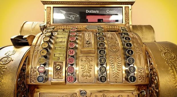 Die Kasse des Unternehmens ist leer, aber die Bank gibt keinen Kredit? Dann kommen vielleicht Finanzierungsformen wie Factoring und Leasing als Alternative in Frage.