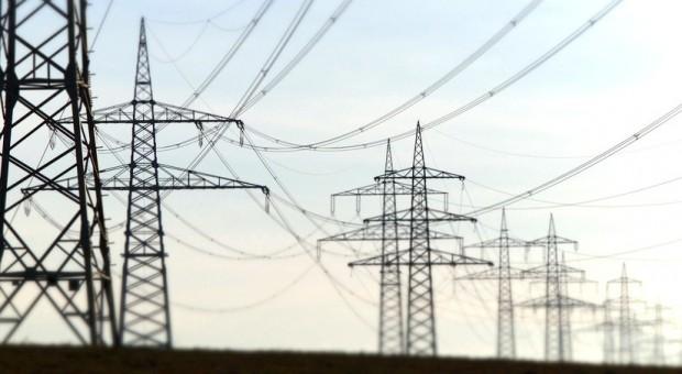 Strommasten und -leitungen