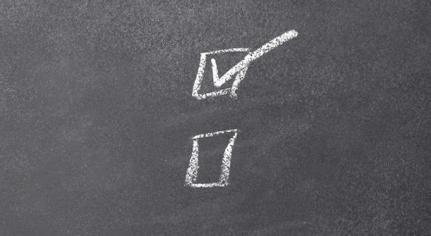 Wieder ein Schritt abgehakt: Eine GmbH-Gründung ist eine aufwendige Angelegenheit. Doch die Rechtsform bietet viele Vorteile.