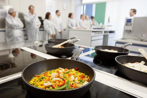 Alles frisch:In der hauseigenen Versuchsküche werden ständig neue Speisen fürs Tiefkühlfach entwickelt.