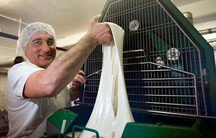 "Vito Guiseppe L'Abbate zieht Mozzarella-Masse in der ""Fabbrica Latticini L'Abbate"""