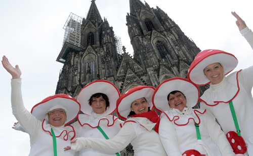 Narren feiern am 11.11.2012 vor dem Kölner Dom den Karnevalsauftakt