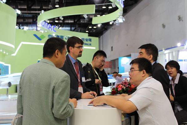 Vertreter der Firma Rennsteig verhandeln auf der Messe Beijing International Aviation Expo 2011 mit chinesischen Kunden