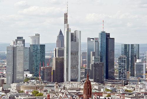 Blick auf die Frankfurter Skyline. Viele Menschen wähnen Übeltäter hinter den Betonfassaden