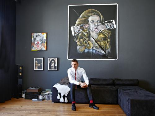 """Kunst solle nicht schön sein, sondern aufrütteln, findet Designer Bent Angelo Jensen, der das Modelabel Herr von Eden gründete. Hier in seinem  Hamburger Wohnzimmer vor """"Veruschka/Lahm vs. Asamoah"""" von Thomas Grundmann."""