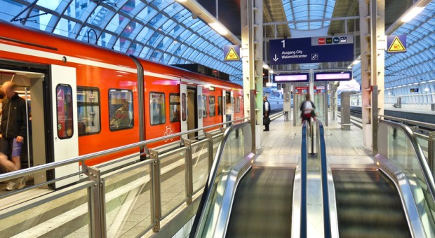Ein Regionalzug im Bahnhof.