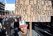 Ein Demonstrant protestiert mit einem Plakat gegen die national-konservative Regierung in Ungarn.