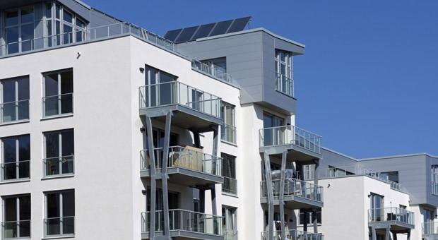 Die Fassade eines modernen Mehrfamilienhauses