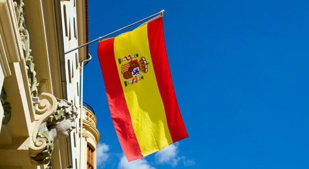 Die Flagge Spaniens an einem historischen Gebäude.