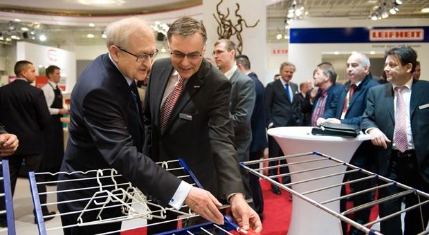 Der bisherige Leifheit-Chef Georg Thaller zusammen mit Rainer Brüderle (FDP) auf der Konsumgütermesse Ambiente in Frankfurt.