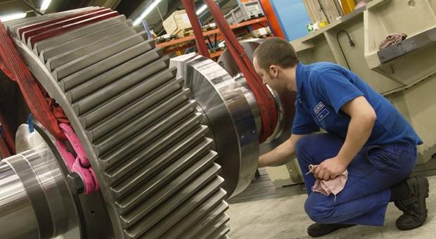 Ein Mitarbeiter von Reintjes bei der Arbeit: Das Unternehmen aus dem niedersächsischen Hameln zählt zu den Weltmarktführern für Schiffsgetriebe.