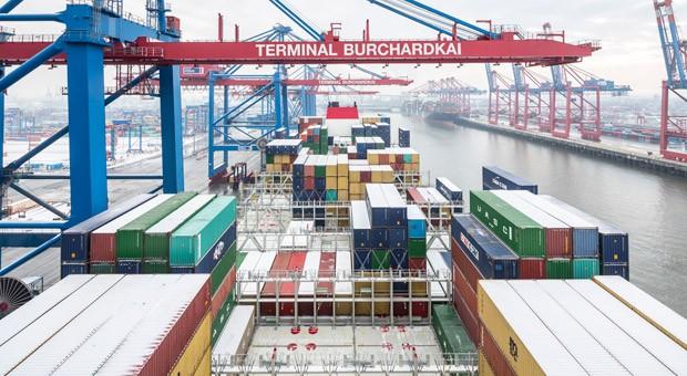 Die oberen Lagen der Container auf der CMA CGM Marco Polo im Hamburger Hafen sind bereits gelöscht, das Laden kann beginnen.