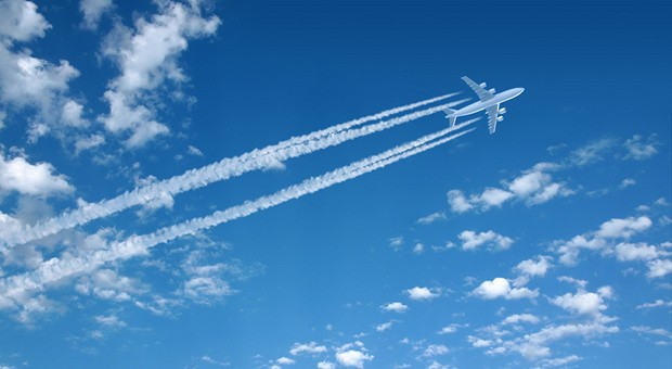 Ein Flugzeug am nahezu wolkenlosen Himmel