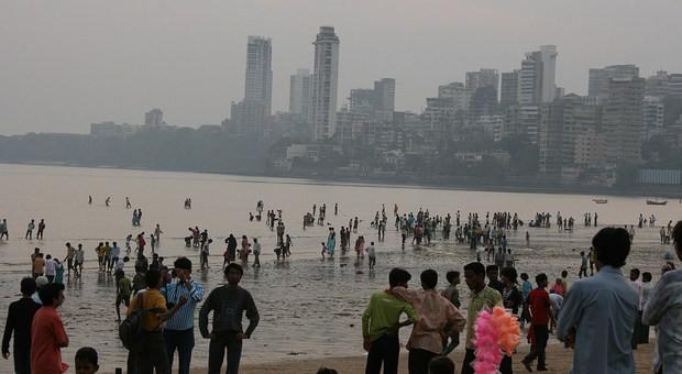 Treffpunkt am Abend: Der Strand von Mumbai