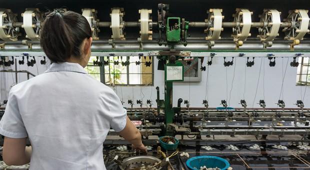 Eine Näherin in einer asiatischen Fabrik
