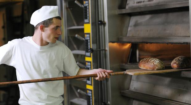Ein Bäcker bei der Arbeit.
