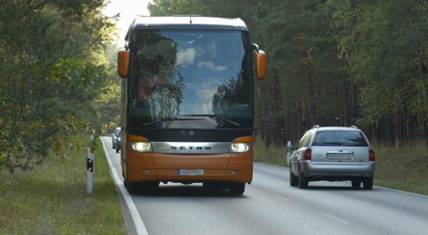 Ein Fernbus auf der Straße