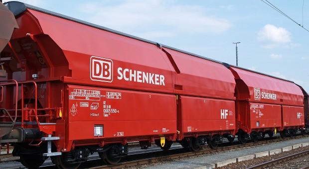 Ein Schüttgut-Wagen mit dem Logo von DB Schenker Logistics.