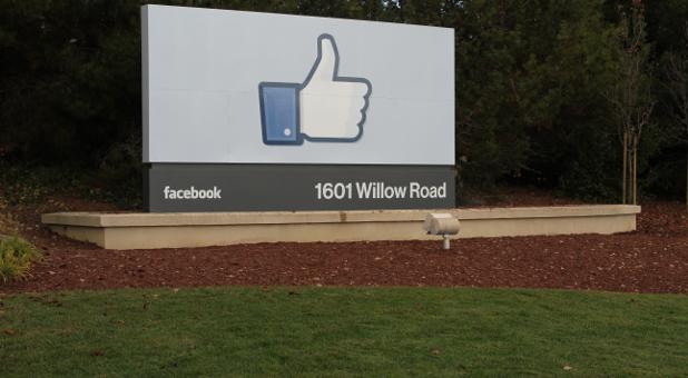 """Ein Schild mit dem """"Gefällt mir""""-Zeichen auf dem Firmengelände von Facebook."""