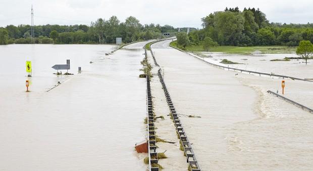 Die überschwemmte A8 bei Grabenstätt - kurz vor der Fossil-Zentrale