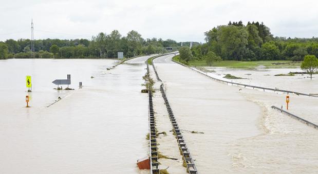 Die Fossil-Mitarbeiter schauen zur Zeit direkt auf die überschwemmte A8 bei Grabenstätt.