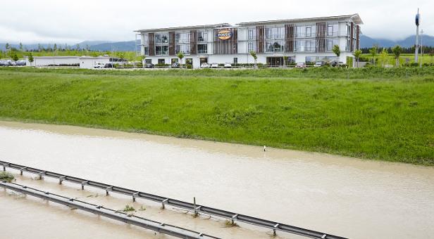 Die überschwemmte Autobahn vor der Fossil-Zentrale.