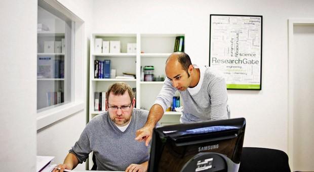 Researchgate-Gründer Ijad Madisch (rechts) mit Mitarbeiter Axel Tölke in den Berliner Büros des Startups.