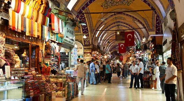 Der Große Basar in Istanbul ist einer der größten und ältesten überdachten Märkte der Welt, mit mehr als 58 Straßen und Tausenden von Geschäften.