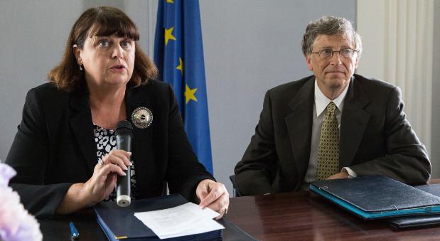 EU-Forschungskommissarin Máire Geoghegan-Quinn auf einer Pressekonferenz mit Bill Gates im Juni 2013.
