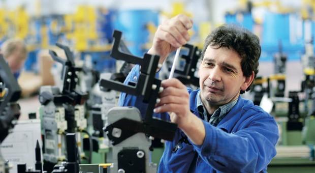 Ein Mitarbeiter bei der Vormontage einer Automobilproduktionsanlage
