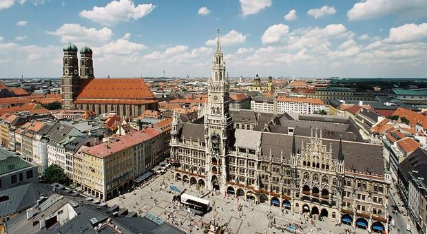 Die Innenstadt von München mit dem neuen Rathaus und der Frauenkirche.