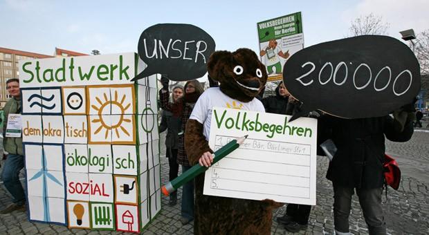 Das Volksbegehren wird vom Berliner Energietisch organisiert, einem parteiunabhängigen Bündnis aus lokalen Initiativen und Organisationen. Hier ein Bild vom Start der Unterschriftenaktion.