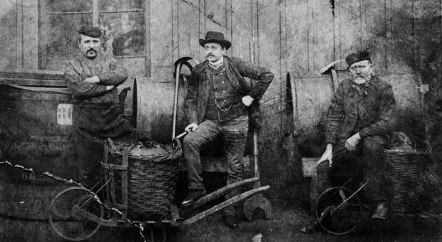 Das älteste bekannte Firmenfoto aus dem Jahr 1863 zeigt Arbeiter des Werks Barmen an der Heckinghauser Brücke. Auf dem Bild ist unter anderem Heinrich Ritter (vermutlich rechts), der erste Geselle des Firmengründers Friedrich Bayer sen. zu sehen.