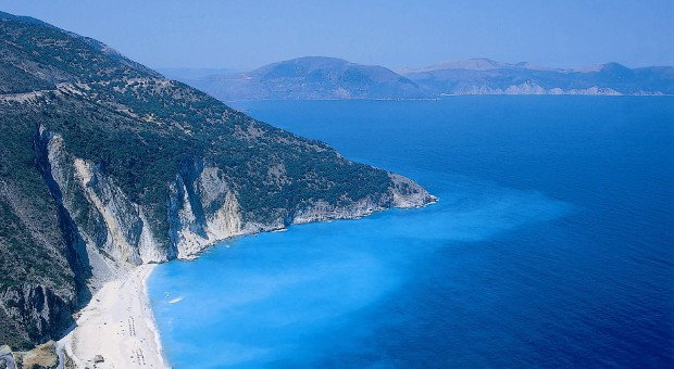 Ein Strand der griechische Insel Kefalonia.