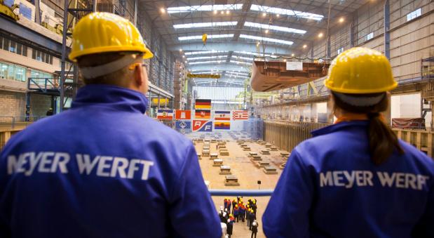 """Zwei Mitarbeiter der Meyer Werft bei der Kiellegung des Forschungsschiff """"Sonne"""" im April 2013."""
