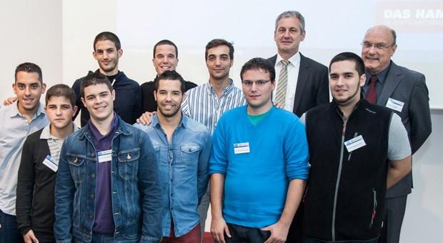 Konrad Mezger (rechts) und seine neun spanischen Azubis beim offiziellen Empfang am 3. Juni 2013 in Ulm. Auch Raimund Becker (links neben Mezger), Vorstandsmitglied der Bundesagentur für Arbeit, begrüßte den Nachwuchs aus Südeuropa.