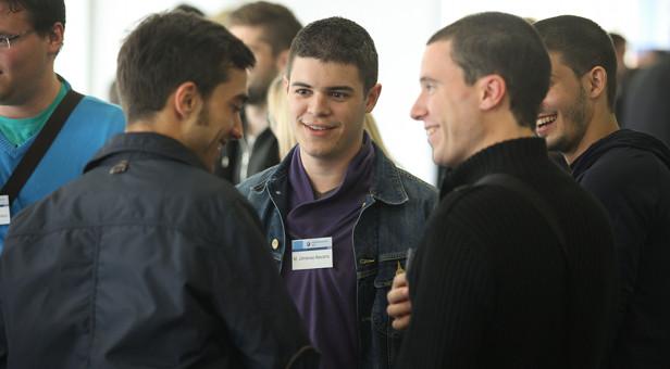 Die vier jungen Spanier haben einen Ausbildungsplatz im Bauunternehmen von Konrad Mezger bekommen.