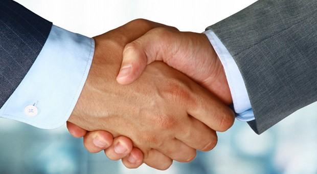 Ein Handschalg zur Vertragsbesiegelung