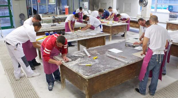 Praxistest: Während des Assessment Centers in Leonberg mussten die Bewerber aus Madrid Gipskartonplatten bearbeiten.