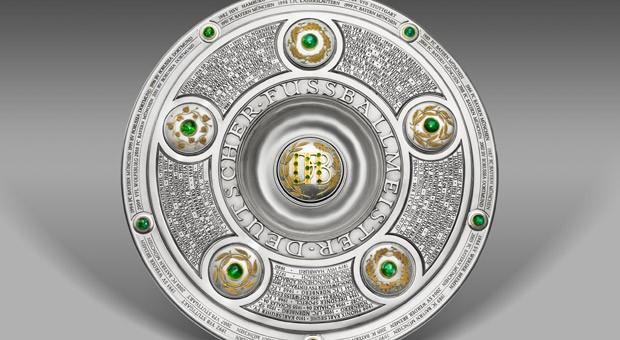 Die Meisterschale mit dem Titelträger der Saison 2010/11, Borussia Dortmund.
