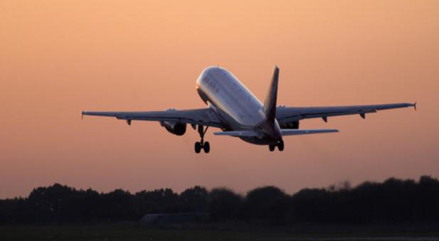 Ein Flugzeug startet in der Dämmerung