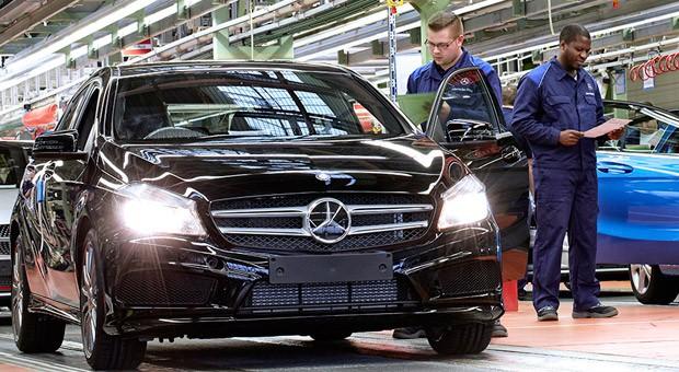 Autoproduktion im Werk von Mercedes Benz.