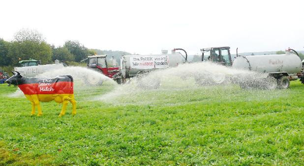 Aus Protest gegen die Preise verschütten Bauern die Milch ihrer Kühe.