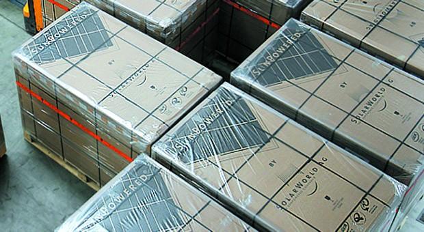 Solarmodule von Solarworld stehen fertig verpackt im Logistikzentrum.