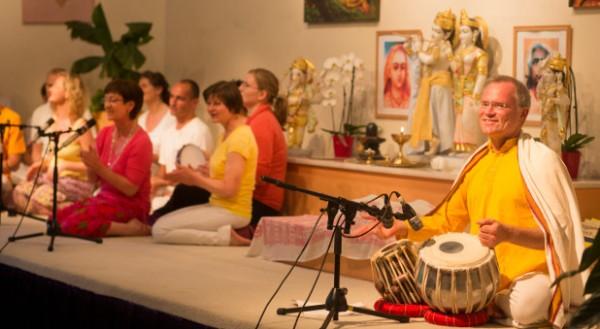 Bretz leitet täglich einen Yoga-Gottesdienst.