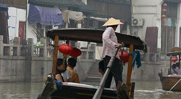 Eine Wasserstraße in Zhouzhuang in der chinesischen Provinz Jiangsu