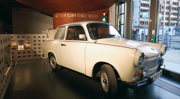 Von der Straße in die Ausstellung: Ein Trabant im DDR Museum Berlin